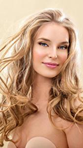 Обои Цветной фон Блондинка Улыбка Лицо Волосы Девушки