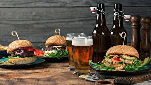 Картинка Натюрморт Булочки Гамбургер Бутерброды Пиво Доски Бутылка Двое Пена Стакан Пища