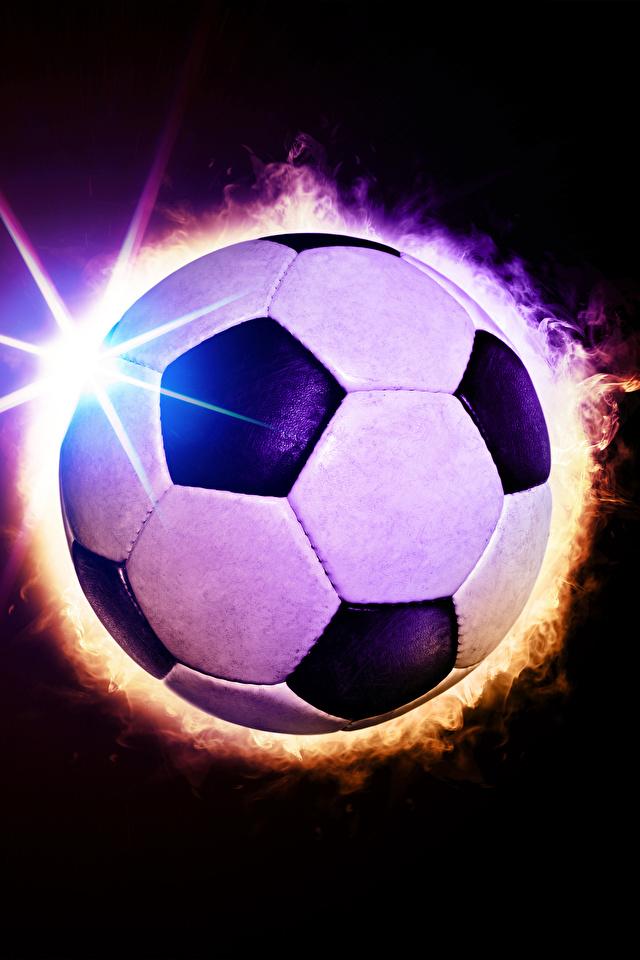 Фотографии Лучи света Футбол спортивный Мяч Черный фон 640x960 для мобильного телефона Спорт спортивная спортивные Мячик на черном фоне