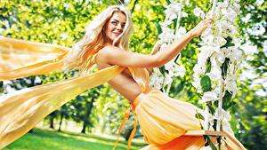 Картинки Орхидеи Блондинок Улыбается Качелях Платье