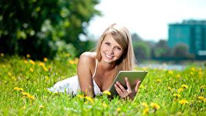 Картинки Поля Планшет Блондинка Улыбка Смотрит Девушки