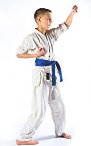Картинка Белом фоне Мальчик Униформе Физическое упражнение karate Дети