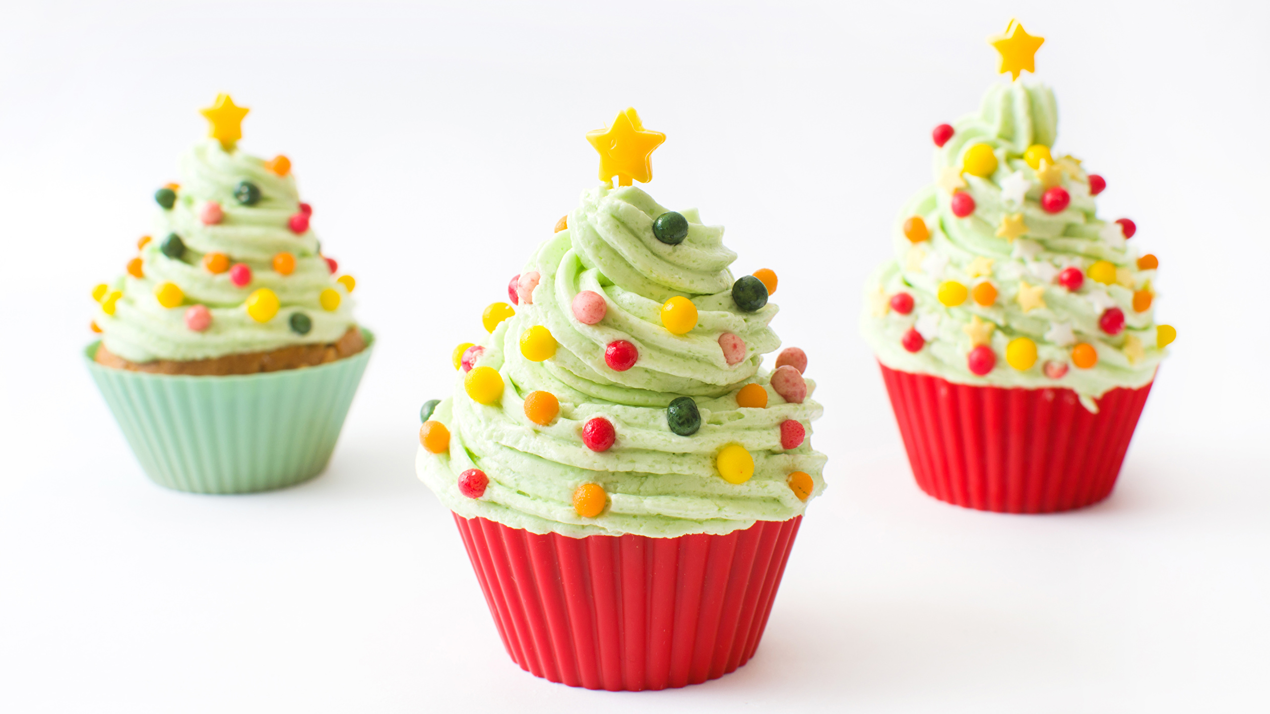 Фото Рождество Елка Капкейк кекс Еда Трое 3 Сладости Белый фон Дизайн 2560x1440 Новый год Новогодняя ёлка Пища втроем Продукты питания