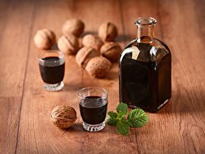 Картинки Напитки Орехи Грецкий орех Доски Бутылки Рюмка Два Продукты питания