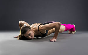 Обои Фитнес Шатенка Физическое упражнение Отжимаются молодая женщина Спорт