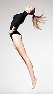 Обои для рабочего стола Гимнастика Шатенки Тренировка Прыгать Ноги Спорт Девушки