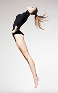 Фотография Гимнастика Шатенки Тренировка Прыгать Ноги Спорт Девушки