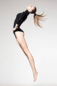 Фотография Гимнастика Шатенка Тренировка Прыжок Ноги Спорт Девушки
