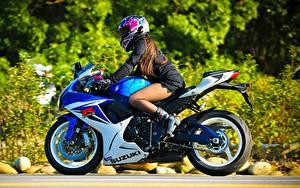 Обои Сузуки В шлеме GSX-R Мотоциклы Девушки