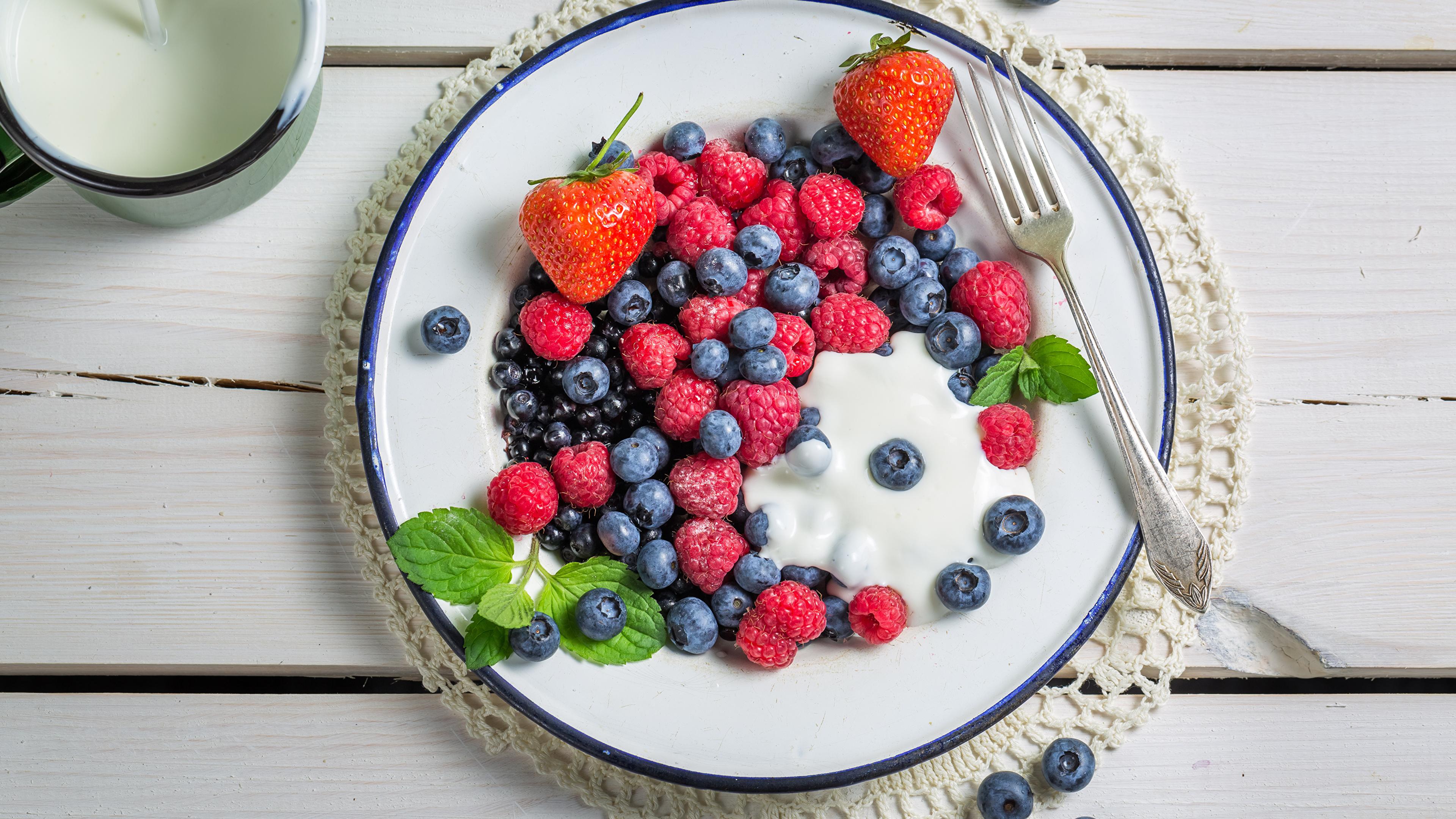 Фото Малина Черника Еда Ягоды Тарелка 3840x2160 Пища тарелке Продукты питания
