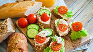 Картинка Быстрое питание Бутерброды Хлеб Помидоры Огурцы Разделочная доска Пища