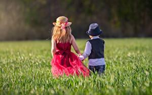 Картинки Трава Две Шляпа Девочки Мальчишки Вид сзади Дети