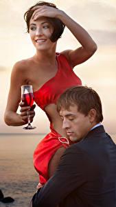 Обои Любовь Мужчина Вино Две Бокалы Обнимаются Девушки