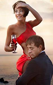 Обои Любовь Мужчины Вино 2 Бокалы Объятие Девушки