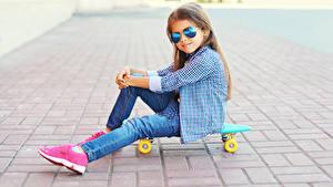 Картинка Скейтборд Девочки Очков Сидящие Рубашке Джинсов ребёнок