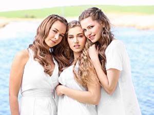 Картинка Трое 3 Шатенка Смотрят Красивые Девушки