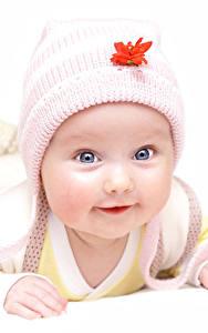 Картинка Белом фоне Младенцы В шапке Взгляд Милые ребёнок