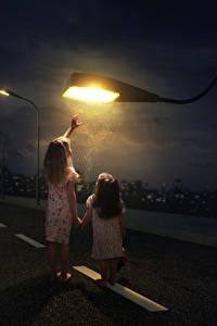 Фотография Креативные Дороги Девочки 2 Ночные Уличные фонари Дети