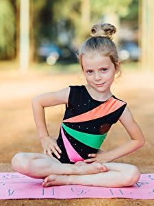 Фотография Гимнастика Девочки Физические упражнения Сидящие Руки Ребёнок