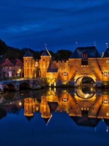 Обои для рабочего стола Нидерланды Крепость Мосты Здания Водный канал Ночные Уличные фонари Koppelpoort Amersfoort город