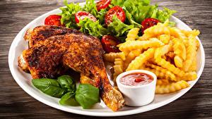 Фото Курица запеченная Картофель фри Овощи Тарелка Кетчупом Еда