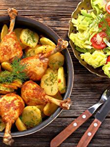 Обои Курица запеченная Картофель Салаты Нож Доски Продукты питания