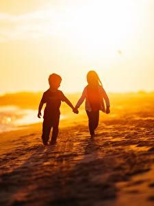 Фотография Побережье Море Рассветы и закаты Любовь Мальчик Девочка Пляж ребёнок
