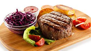 Картинки Мясные продукты Томаты Салаты Белом фоне Разделочной доске