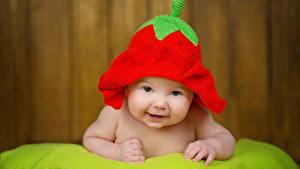 Фото Клубника Младенцы Шапки Смотрят ребёнок