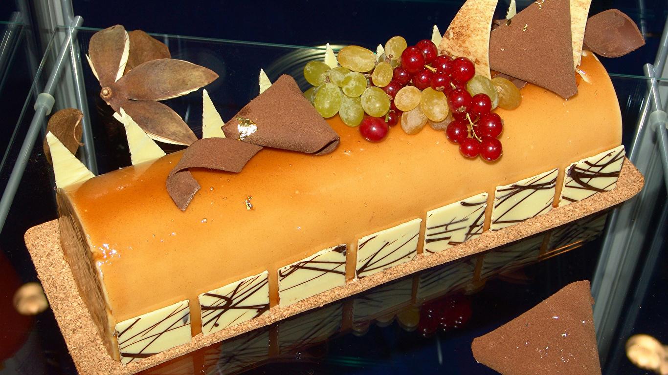 Обои для рабочего стола Рулет Шоколад Торты Виноград Смородина Еда сладкая еда Дизайн 1366x768 Пища Продукты питания Сладости дизайна