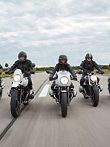 Картинка БМВ Едущий Мотоциклист Шлем Спереди 2014-16 R nineT Мотоциклы