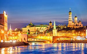 Картинка Россия Москва Здания Речка Мосты Вечер Уличные фонари Города