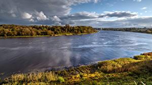 Обои Россия Реки Пейзаж Небо Облака Трава River Volhov Staraya Ladoga Природа