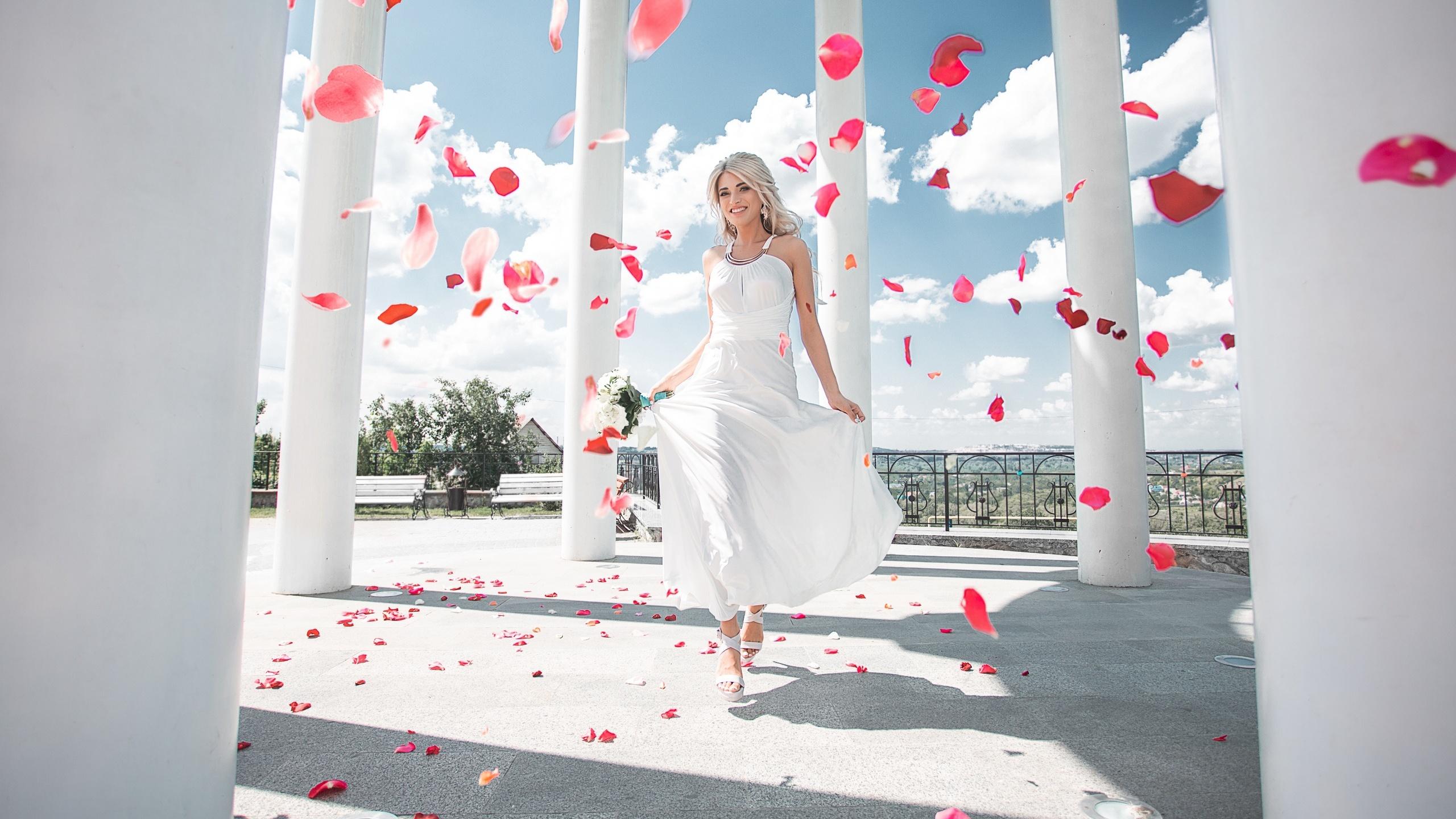 Фото колонны Maxim Tumanov Девушки Лепестки платья 2560x1440 Колонна девушка лепестков молодые женщины молодая женщина Платье