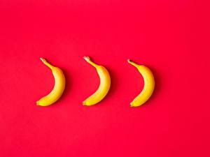 Картинки Бананы Красная Втроем Красном фоне Еда
