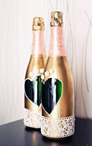 Фотография Игристое вино Бутылка Двое Свадьба Сердечко Еда