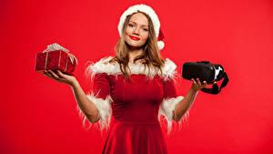Обои Рождество Красный фон Шатенки Платье Подарки Улыбка Руки