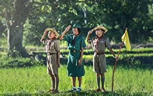 Фотография Азиаты Трава Втроем Мальчики Девочки Униформа Шляпа Дети