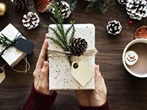 Обои Рождество Вблизи Руки Подарки Шишки