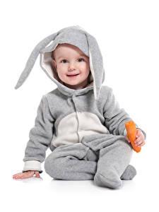 Картинка Пасха Кролики Морковь Белый фон Мальчики Униформе Смотрят Дети