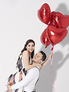 Обои День всех влюблённых Мужчины Любовь Белый фон Шатенка Объятие Двое Воздушный шарик Сердце Улыбка Девушки