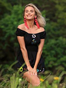 Обои Cara Mell Блондинка Траве Платье Улыбка Смотрит девушка
