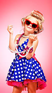 Фотографии Украшения Жемчуг Девочки Цветной фон Модель Блондинка Очков Платье Руки Гламур ребёнок