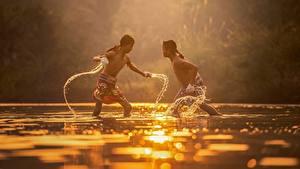 Фотография Рассвет и закат Азиаты Вода Два Драка Мальчишка Дети