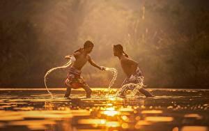 Фотография Рассветы и закаты Азиаты Вода Вдвоем Драка Мальчики Дети