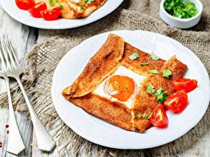 Картинка Помидоры Завтрак Тарелка Яичница Вилка столовая Еда