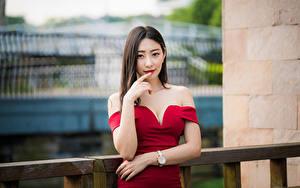 Фотография Азиатки Боке Поза Платья Рука Шатенки Смотрят молодая женщина