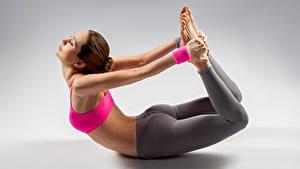 Картинки Фитнес Серый фон Шатенка Физические упражнения Руки Девушки Спорт