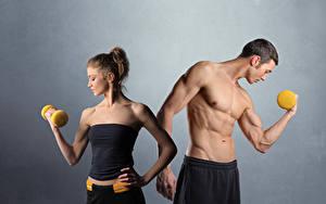 Фотография Фитнес Мужчины Сером фоне 2 Мускулы Гантеля Спорт