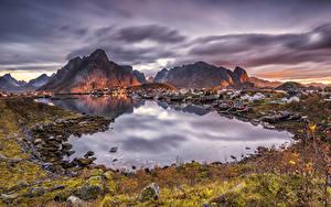 Фото Норвегия Лофотенские острова Здания Горы Рассвет и закат Заливы Reine город